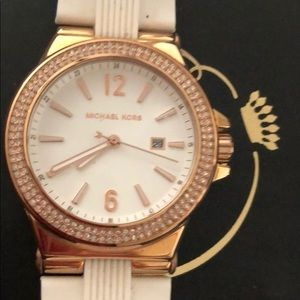 Michael Kors Metal and plastic watch is Semi Nuevo